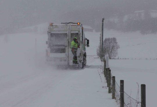 Bildet viser en komprimatorbil i snø og kaldt vær